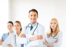 Samiec lekarka przed medyczną grupą Zdjęcie Royalty Free