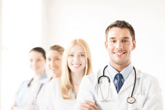 Samiec lekarka przed medyczną grupą Zdjęcia Royalty Free