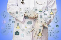 Samiec lekarka stawia rękawiczkowego przygotowywającego egzamininować jego pacjenta z l zdjęcia stock