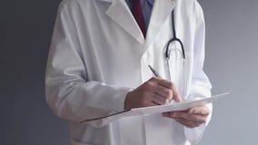 Samiec lekarka stojąca pisze RX recepcie podczas gdy. zdjęcie wideo