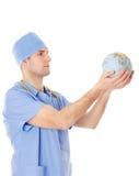 Samiec lekarka trzyma światową kulę ziemską w jego rękach. Obrazy Stock