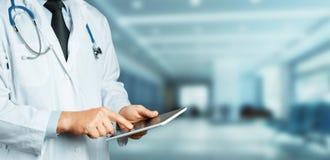Samiec lekarka używa cyfrową pastylkę w klinice Opieki zdrowotnej medycyny pojęcie Zdjęcia Stock