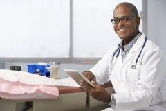 Samiec lekarka W operaci Używać Cyfrowej pastylkę Obrazy Stock