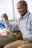 Samiec lekarka W operaci Używać Cyfrowej pastylkę Zdjęcia Royalty Free