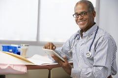 Samiec lekarka W operaci Używać Cyfrowej pastylkę Obraz Royalty Free