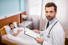 Samiec lekarka w szpitalu obrazy stock