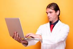 Samiec mienia doktorski laptop w w połowie powietrzu obraz royalty free