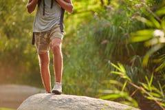 Samiec nogi wycieczkuje przy halnym szczytem Trekking buty na wycieczkowiczy ciekach outdoors krzyżuje skała kamienie na rzecznej zdjęcia royalty free