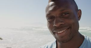 Samiec ochotnicza patrzeje kamera na plaży 4k zdjęcie wideo