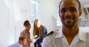 Samiec pilotowa pozycja z rękami krzyżować podczas gdy dzieciaki używa trutnia 4k zbiory wideo