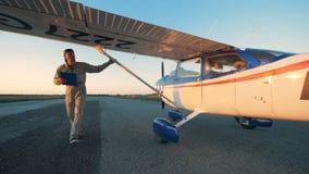 Samiec pilotowy sprawdza samolotowy kadłub, zakończenie w górę zdjęcie wideo