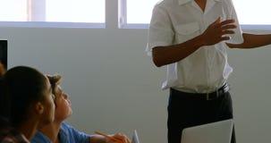 Samiec pilotowy szkolenie o panelu słonecznym dzieciaki 4k zbiory wideo
