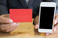 Samiec pokazuje kredytową kartę mobilnego mądrze telefon dla onlinego sho i Zdjęcia Royalty Free