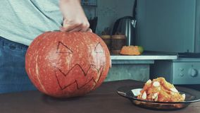 Samiec ręki łyżkuje out ziarna i zawartość bania Halloweenowy temat, dźwigarka lampion Środka strzał 4k zdjęcie wideo
