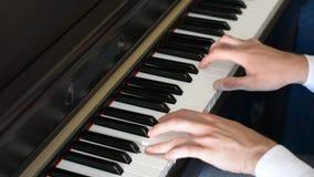 Samiec ręki bawić się pianino indoors zdjęcie wideo