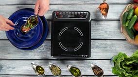 Samiec ręki i kucharstwo stół zbiory wideo