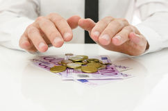 Samiec ręki nad Euro pieniądze zdjęcia royalty free