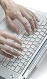 Samiec ręki używać klawiaturę Fotografia Stock