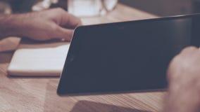 Samiec ręki używać pastylki ipad Pastylka komputeru użytkownik Ipad pokrywa zbiory