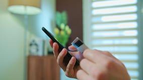 Samiec ręki używać telefon komórkowego target2347_1_ karciani pojęcia kredyta kuli ziemskiej internety kartografują płatniczego ś zbiory