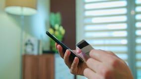 Samiec ręki używać telefon komórkowego target2347_1_ karciani pojęcia kredyta kuli ziemskiej internety kartografują płatniczego ś zbiory wideo