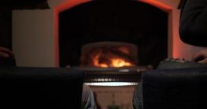 Samiec ręki z napojami w szkłach na graby tle Przyjaciel otuchy z copgnac w szkłach siedzi ogieniem ręce zbiory wideo