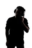 Samiec słucha hełmofony w sylwetce zdjęcie royalty free