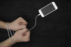 Samiec smartphone i ręki Nałóg internet Obrazy Stock