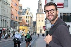 Samiec spaceruje wokoło miasta z jego plecakiem zdjęcie stock