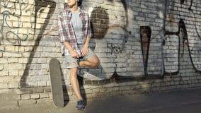 Samiec stoi blisko graffiti ściany z słuchawki, słucha muzyka, wakacje obrazy royalty free