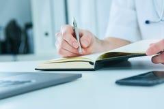 Samiec studenta medycyny lub lekarki mienia ballpoint writing na notepad i pióro Terapeuta wypełnia cierpliwego wstęp Zdjęcie Royalty Free