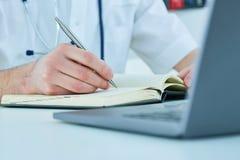 Samiec studenta medycyny lub lekarki mienia ballpoint writing na notepad i pióro Terapeuta wypełnia cierpliwego wstęp Zdjęcia Royalty Free