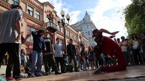 Samiec tanczy hip hop plenerowy w centrum Moskwa zbiory wideo