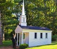 Samiec w tux białą kaplicą zdjęcia royalty free