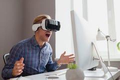 Samiec w VR słuchawki Zdjęcie Stock