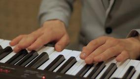 Samiec wręcza szybko bawić się pianino zdjęcie wideo