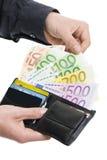 Samiec wręcza ciągnąć out 100 Euro od portfla Fotografia Stock