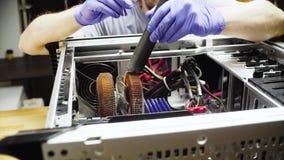 Samiec wręcza cleaning system komputerowego od pyłu zbiory