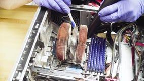Samiec wręcza cleaning system komputerowego od pyłu zbiory wideo