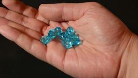Samiec wręcza kołysanie się i zawijas błękitni sprawdzać, diamenty i gemstone lub ilość zbiory wideo