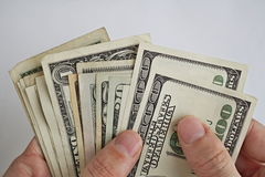 Samiec wręcza mienia i liczenia stos USA dolarów Amerykańska waluta, USD jako symbol biznesowy sukces Zdjęcie Stock