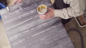 Samiec wręcza nakrycie malującą drewnianą powierzchnię z lakierem zbiory wideo
