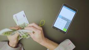 Samiec wręcza odliczającego pieniądze zdjęcie wideo
