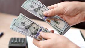 Samiec wręcza odliczających dolarów banknoty zdjęcia stock