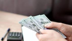 Samiec wręcza odliczających dolarów banknoty obraz stock