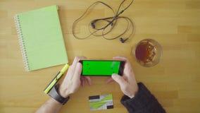 Samiec wręcza płacić kartę w smartphone zbiory wideo