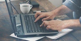 Samiec wręcza pisać na maszynie tekst na laptop klawiaturze Fotografia Royalty Free