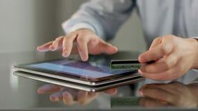 Samiec wręcza rezerwacja bilety, płaci rachunek na pastylka pececie online zdjęcie wideo
