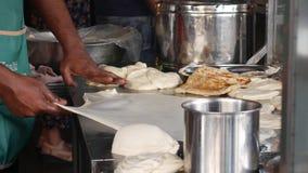 Samiec wręcza robić tradycyjnemu Indiańskiemu jedzeniu dzwoniącemu «Roti Canai « 4K zbiory wideo