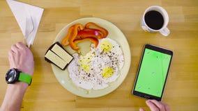 Samiec wręcza strzelać omelette z pastylką zbiory wideo